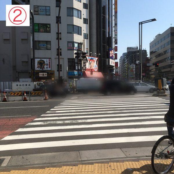 2. 正面の横断歩道を渡ります。